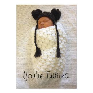 Invitación recién nacida Swaddled de la fotografía