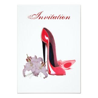 Invitación roja de los zapatos y de los lirios del