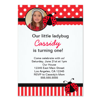 Invitación roja del cumpleaños de la mariquita