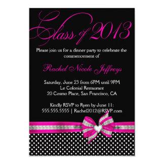 Invitación rosada blanca negra de la graduación