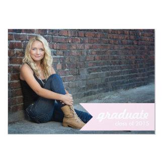 Invitación rosada clásica de la graduación -
