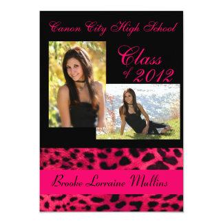 Invitación rosada de la graduación del estampado