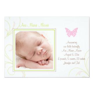 Invitación rosada del nacimiento de la mariposa