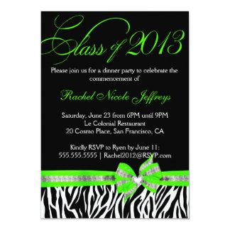 Invitación verde blanca negra de la graduación de