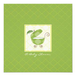 Invitación verde de la ducha del carro de bebé de