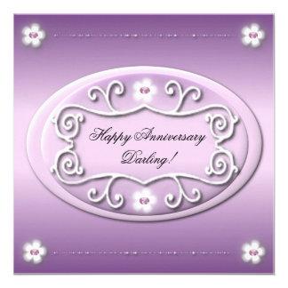 Invitación violeta de la tarjeta del aniversario