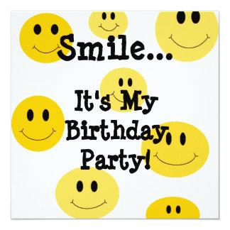 Invitaciones amarillas de la fiesta de cumpleaños