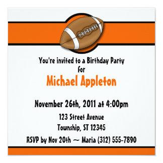 Invitaciones anaranjadas del cumpleaños del fútbol invitación 13,3 cm x 13,3cm