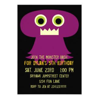 Invitaciones negras púrpuras de la fiesta de cumpl