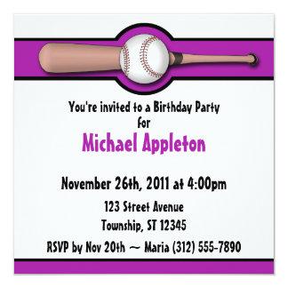 Invitaciones púrpuras del cumpleaños del béisbol invitación 13,3 cm x 13,3cm