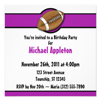 Invitaciones púrpuras del cumpleaños del fútbol anuncio