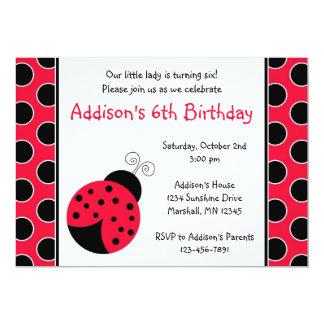 Invitaciones rojas del cumpleaños de la mariquita invitación 12,7 x 17,8 cm