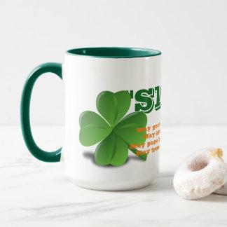 Irlandés Slainte con la taza del día de St Patrick
