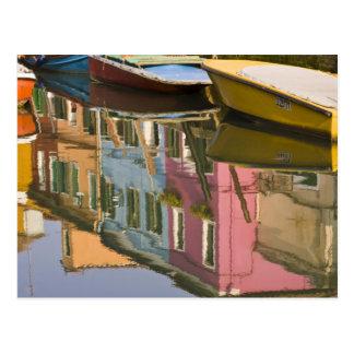 Italia, Burano. Barcos en un canal con Postal