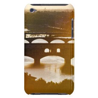 Italia, Florencia, Ponte Vecchio y el río Arno en iPod Touch Case-Mate Coberturas