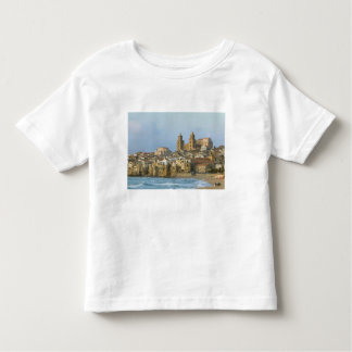 Italia, Sicilia, Cefalu, visión con el Duomo a Camiseta De Bebé