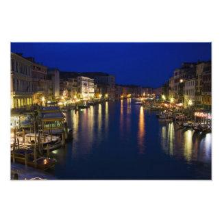 Italia, Venecia, opinión de la noche a lo largo de Impresiones Fotográficas