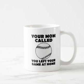 Izquierda su taza divertida del juego en casa