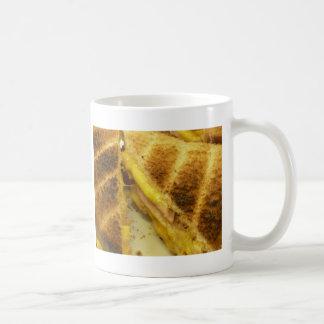 Jamón y queso tostados taza de café
