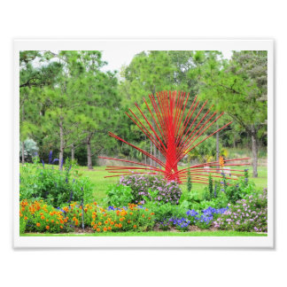 Jardín colorido con la escultura roja del arte arte con fotos