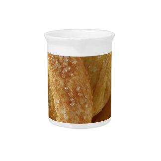 Jarra Bollo de leche en una tabla de madera con el