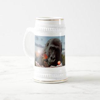 Jarra De Cerveza Compartiendo el almuerzo con un mono,