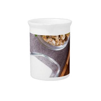 Jarra Para Bebidas Cereal con las nueces y pasas, yogur y manzanas
