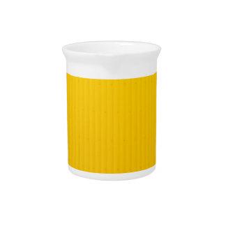 Jarra Para Bebidas Chica que camina contra la pared amarilla enorme