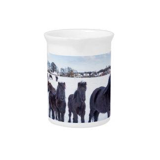 Jarra Para Bebidas Manada de los caballos negros del frisian en nieve
