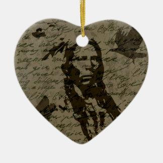 Jefe indio adorno navideño de cerámica en forma de corazón