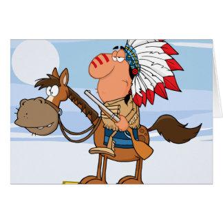 Jefe indio con el arma en caballo felicitacion
