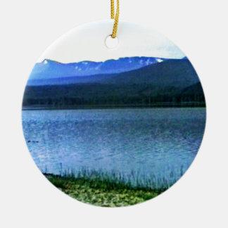 jGibney del arte -36909a1 de las montañas de Adorno Navideño Redondo De Cerámica