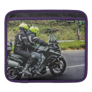 Jinetes de las motocicletas en la avenida funda para iPad
