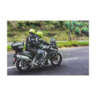 Jinetes de las motocicletas en la avenida lienzo
