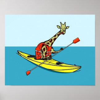 Jirafa del dibujo animado en un kajak del mar póster