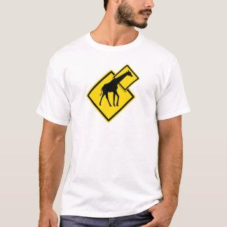 Jirafa del peligro camiseta