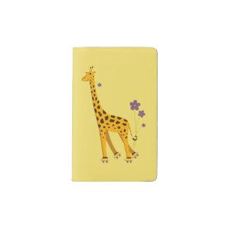Jirafa divertida amarilla del patinaje sobre cuaderno de bolsillo moleskine