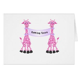 Jirafas rosadas que vienen pronto tarjeta de felicitación