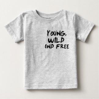 Joven, salvaje, y libere camiseta de bebé