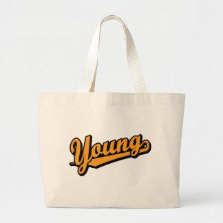 Jóvenes en naranja bolsa de mano