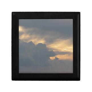 Joyero Cielo caliente con las nubes de cumulonimbus de