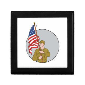 Joyero Soldado americano que sostiene el dibujo del