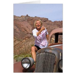 Jubilado de risa que monta el coche antiguo en el tarjeta de felicitación