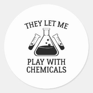 Juego con las sustancias químicas pegatina redonda