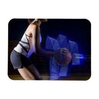 Jugador de básquet de sexo femenino que celebra la iman rectangular