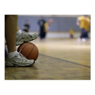 Jugador de básquet que celebra la bola con los postal