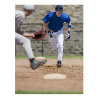 Jugador de béisbol que intenta robar la base postal