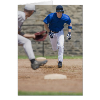 Jugador de béisbol que intenta robar la base tarjeta