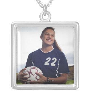 jugador de fútbol adolescente del chica que colgante cuadrado