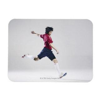 Jugador de fútbol de sexo masculino que se prepara imanes rectangulares